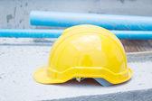 желтая каска на строительной площадке, для фона концепция строительства — Стоковое фото