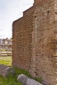 空心砖墙体组成的薄薄的粘土 bri 的罗马论坛关闭 — 图库照片