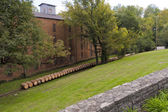 Line of whiskey barrels at distillery near warehouse — Stockfoto
