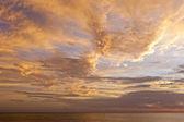 Dramatique ciel coucher de soleil avec les nuages au dessus de l'océan. — Photo