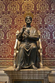 Saint Peter statue in the Basilica of Vatican in Rome. — Stock Photo