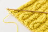 Tricot de laine et des aiguilles à tricoter — Photo