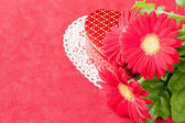 Box of chocolates and flowers for Valentines day. — Stock Photo