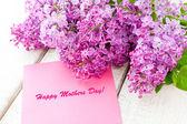 Bouquet lilla con carta di giorno felice madri — Foto Stock