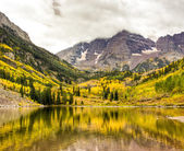 Mountain lake landscape on a cloudy day. — Foto de Stock