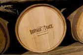 Barris de bourbon envelhecimento em buffalo destilaria de rastreamento. — Foto Stock