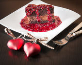 Chocolate ganache mousse cake with raspberry sauce — Stock fotografie