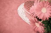 框的巧克力和鲜花的情人节. — 图库照片