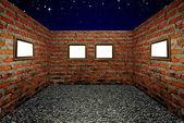 Деревянные рамы и кирпичные стены в комнате, фон неба — Стоковое фото
