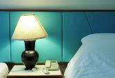 Lampa stołowa i telefon w sypialni — Zdjęcie stockowe