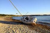 Zeilboot boot strandde op het strand na een storm — Stockfoto