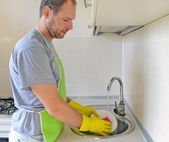 在厨房里的男人洗菜 — 图库照片