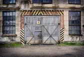 Verlaten oude fabriek met gesloten deuren en ramen — Stockfoto