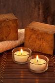 Atmosfera de spa com duas velas com luz e sabão — Foto Stock