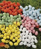 在天然稻草巢中隐藏的复活节彩蛋 — 图库照片