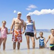 Family on a beach vacation together — Stockfoto