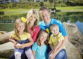Ritratto di famiglia giovane carino — Foto Stock