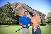 Retrato de dos hombres golfistas en el campo de golf — Foto de Stock