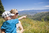 Child pointing to the mountains — Stock Photo