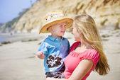 Criança de sorriso bonito e mãe — Foto Stock