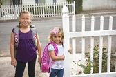 Crianças indo para a escola — Fotografia Stock