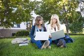 Estudantes do sexo feminino — Fotografia Stock