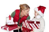 женщина, дарить рождественские подарки — Стоковое фото
