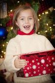 маленькая девочка открытия подарков на рождество утром — Стоковое фото