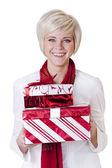 Kvinna att ge julklappar — Stockfoto