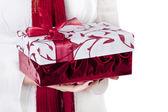Kobieta daje prezent boże narodzenie — Zdjęcie stockowe