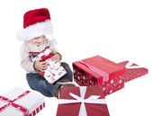 ребенок, открыв рождественские подарки — Стоковое фото