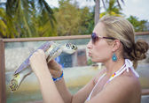 Woman kissing a sea turtle — Photo