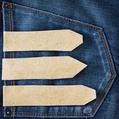 Kağıt etiket üzerinde mavi kot pantolon cebinde — Stok fotoğraf