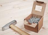 Kladivo a hřebíky na dřevěná prkna — Stock fotografie