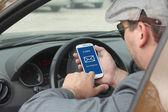 Arabanın içinde e-posta kontrol businessma — Stok fotoğraf