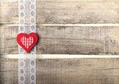 Coração vermelho sobre fundo de madeira velha — Foto Stock