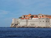 ドゥブロヴニク要塞化された旧市街の海から見た — ストック写真