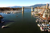 Burrard bridge e vancouver false creek com yaletown marina fr — Fotografia Stock
