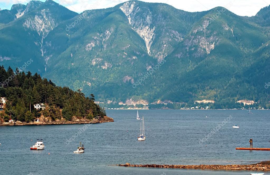 Isla de la bah�a y bowen herradura con las monta�as costeras de ...