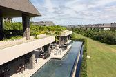 Flygfoto över restaurang och resort i bakgrunden - horisonten — Stockfoto