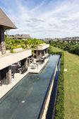 Vista aérea del restaurante y hotel en el fondo - vertica — Foto de Stock