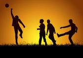 Enfants jouer au football le week-end — Vecteur