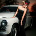 schöne sexy Frau in der Nähe von altes Auto im retro-Stil — Stockfoto