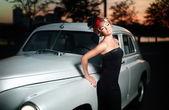 美丽性感的女人站附近的旧车在复古风格 — 图库照片