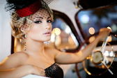 Belle femme sexy, assis dans une vieille voiture dans un style rétro — Photo