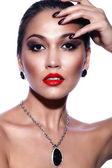 Alta moda look.glamor closeup retrato de modelo sexy morena caucásica joven hermosa con maquillaje brillante, con labios rojos, con la piel limpia perfecta con joyas aislado en blanco — Foto de Stock