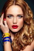 Haute couture look.glamor closeup porträt schöne sexy stilvollen blond caucasian junge frau modell mit hellen make-up, mit roten lippen, mit perfekt saubere haut mit bunten zubehör — Stockfoto