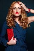 Alta moda look.glamor closeup retrato do modelo sexy elegante loira caucasiana mulher jovem e bonita com maquiagem brilhante, com lábios vermelhos, com perfeita pele limpa com acessórios coloridos em pano azul — Foto Stock