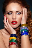 Alta moda look.glamor closeup retrato de modelo sexy elegante rubia caucásica joven hermosa con maquillaje brillante, con labios rojos, con una piel limpia perfecta con accesorios coloridos — Foto de Stock
