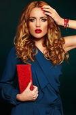 青い布のカラフルなアクセサリーと皮膚の清潔完璧な赤い唇の明るいメイクと美しいセクシーなスタイリッシュな金髪白人若い女性モデルのファッション性の高い look.glamor のクローズ アップの肖像画 — ストック写真